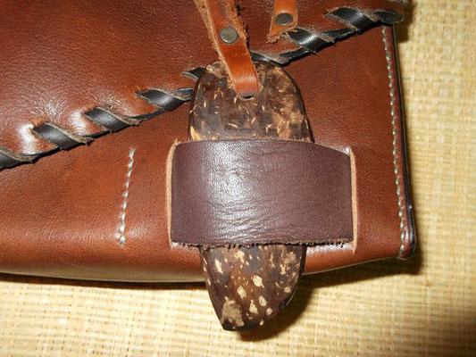 Besace pour ceinture, cuir végétal  doublé agneau couture sellier et lacée cuir 80€