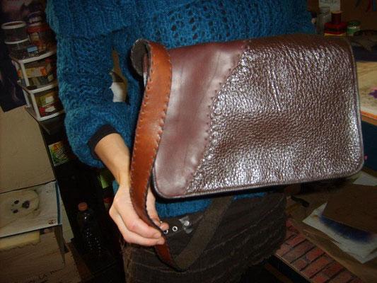 Sac à bandoulière, cousu entièrement à la main (couture sellier ) bandoulière lacée 320€
