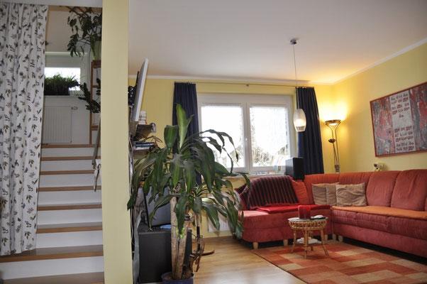 Vom Wohnbereich geht es direkt über die Stiege (Buche) ins OG. Der Vorhang funktioniert wie ein Wärme-Vorhang, sodass die Ofenwärme dorthin geleitet werden kann, wo sie gewünscht ist.