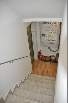 Stiegenabgang ins UG mit Eingangstür zum Praxisraum und E-Installationskasten.