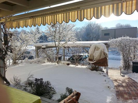 Windgeschützt, nach Süden ausgerichtet und in eine Decke gewickelt lassen sich auch bei Schnee Sonnenstrahlen tanken.