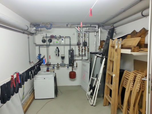 Fernwärme, Boiler, Stauraum hinter der Tür und reichlich Platz für die Wäsche.