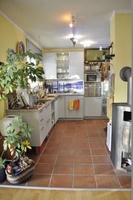 Die geräumige Miele-Einbauküche mit Granit-Arbeitsplatte: Ceranfeld-Herd, 60cm-Geschirrspüler, Mikrowelle.