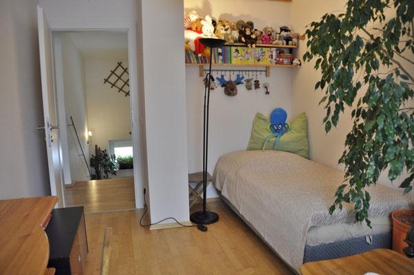 Das mittlere Zimmer, das direkt auf den Balkon führt; mit SAT- und TK-Anschluss.
