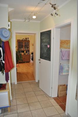 Vorraum mit Blick in den Wohnraum und die Küche