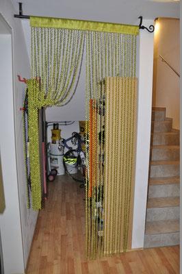 Ein kleiner Stauraum unter dem Stiegenhaus bietet Platz für Räder und andere schwere oder große Teile.