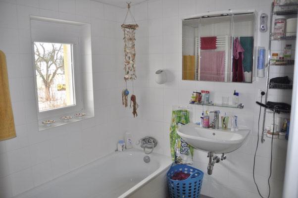 Das nach Nordwest ausgerichtete Fenster sorgt für reichlich Helligkeit im Bad.