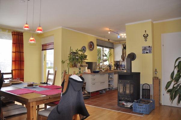 Küche mit pflegeleichtem Cotto-Boden und Essbereich mit Buchen-Echtholz-Pakettboden, der bis zu viermal geschliffen werden kann.