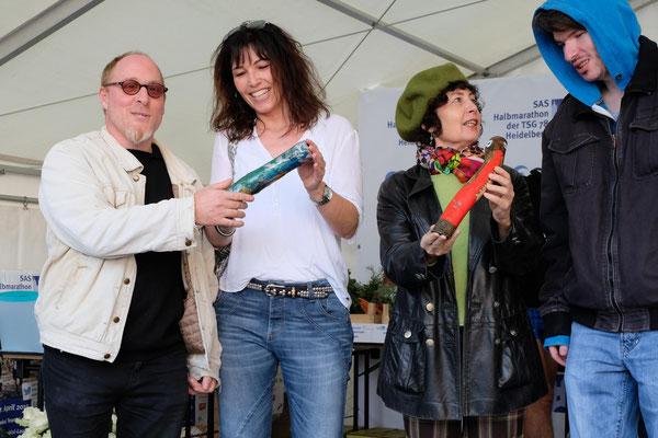 Vertreter der beiden geförderten Projekte mit den Vertretern der Lebenshilfe Heidelberg, die die Staffelstäbe hergestellt haben. (Foto: Angel Ponz, TSG78 Heidelberg)