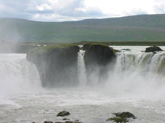 アイスランド ゴーザフォス滝 アイスランド北部の町 アクレイリ近郊にある滝 「神の滝」の意     2003年7月  松村一氏撮影