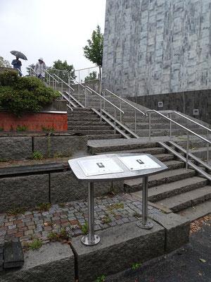 ストックホルム近郊のソレントゥナに設置された金栗四三の記念プレート   2019年8月 松村一氏撮影   記念プレートはマラソン競技の最中、金栗が迷い込んだペトレー家の跡地に設置されている