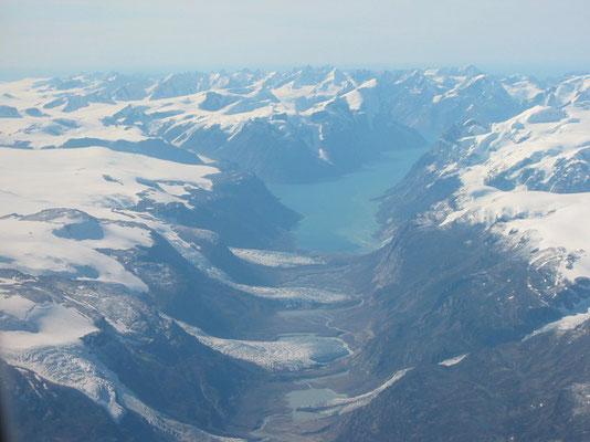 グリーンランド・上空から見た西海岸の氷河     2004年8月 松村一氏撮影