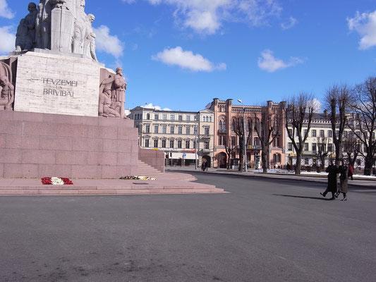 ラトビア、リーガ ジユの記念碑前の献花(国旗を模した) 2009年3月22日 志摩園子氏撮影
