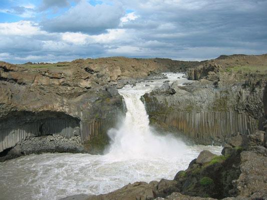 アイスランド アルディヤルフォス滝 アイスランド 北東部にある滝 アイスランドで最も美しい滝の一つとされている 2003年7月  松村一氏撮影