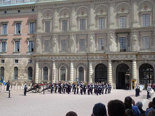 スウェーデン王宮の衛兵交代式          2019年8月 松村一氏撮影