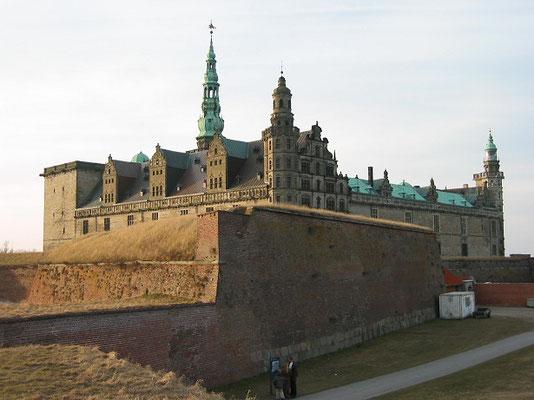 クロンボー城      2003年8月 松村一氏撮影     対岸にスウェーデンを望む町ヘルシンゲアにある城 シェイクスピアの戯曲「ハムレット」の舞台として知られる
