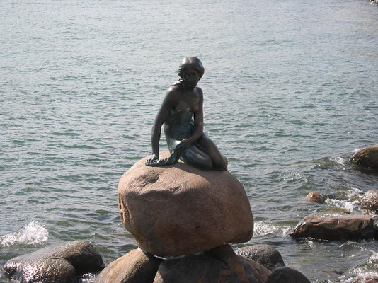 コペンハーゲンにある人魚姫の像         2003年8月 松村一氏撮影