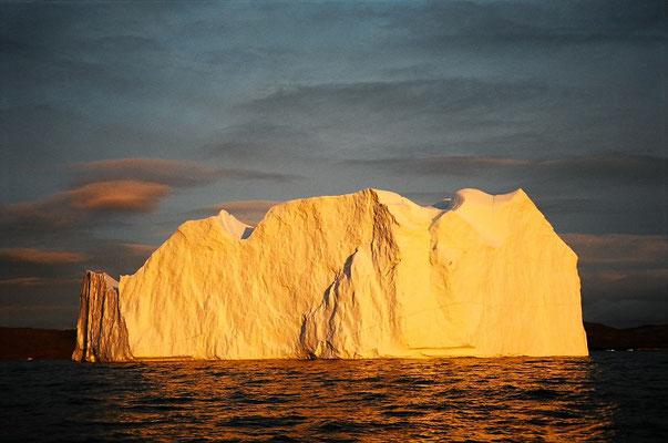 グリーンランド・イルリサットの沖に浮かぶ氷山   2004年8月 松村一氏撮影