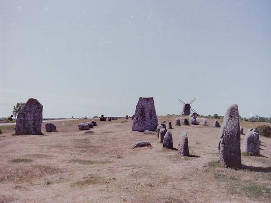 エーランド島イェトリンゲ墓石群         1992年7月 松村一氏撮影             世界遺産「エーランド島南部の農業景観」の重要な遺跡の1つ