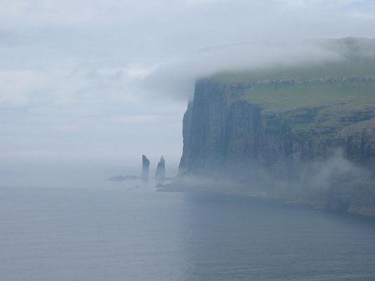 リーシンとケリンギン      2003年7月 松村一氏撮影             フェロー諸島エストゥロイ島北部にある海食柱 巨人リーシンと魔女ケリンギンの伝説が残っている