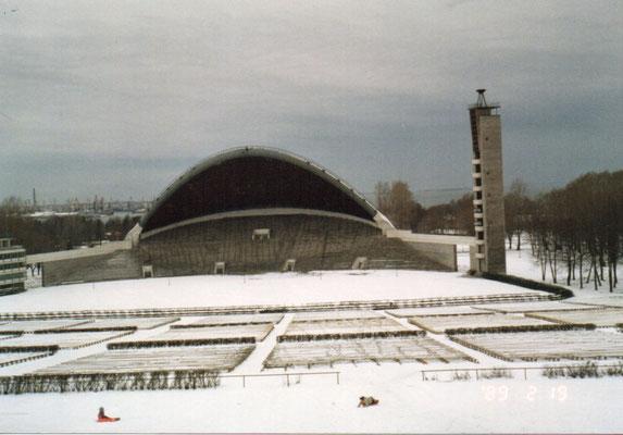 エストニア、タリン「歌の広場」野外音楽堂 1869年から歌の祭典が行われている。           1987~1991年「歌う革命」といわれるバルト三国の独立を願う祭典が行われた。中でも1988年9月11日の集会は「エストニアの歌声」と呼ばれ、全エストニアの人口の4分の1以上にあたる30万人が参加し最大規模を誇った。政治家らも積極的に出席し初めてエストニアの独立回復を主張した。写真はそのわずか5ヶ月後である。 1989年2月19日 百瀬淳子氏撮影