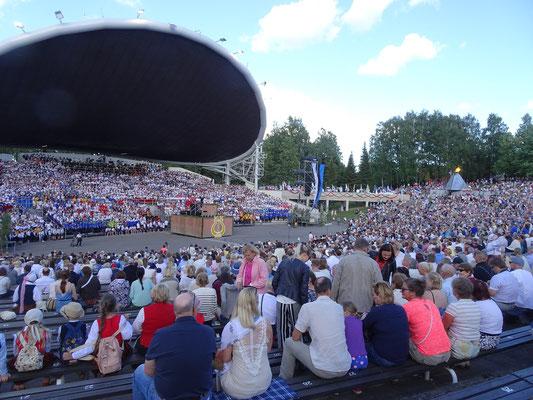 エストニア、タリン「歌の広場」野外音楽堂「歌と踊りの祭典2019」1869年開始から150周年記念祭典(「歌と踊りの祭典」は、ユネスコ世界無形遺産に認定されている)2019年6月22日 松村一氏撮影