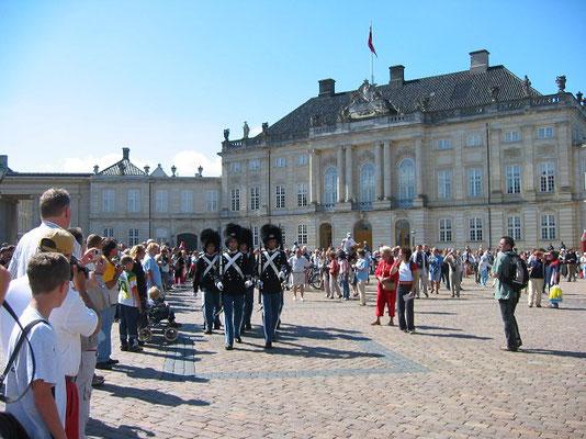デンマーク王宮の衛兵交代式           2003年8月 松村一氏撮影