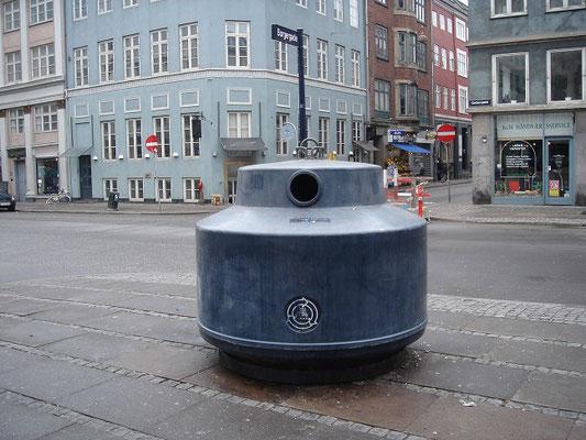 デンマーク、コペンハーゲン 通りにあるゴミ箱 2005年3月24日 志摩園子氏撮影