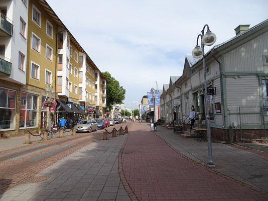 フィンランドの自治領オーランド諸島中心地マリエハムの目抜き通り       2019年8月 松村一氏撮影  オーランド諸島の大部分を占めるスウェーデン系住民がフィンランド国内で高度の自治を享受している