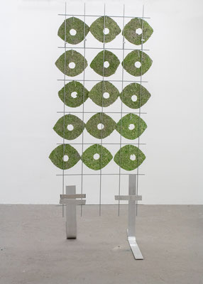 Britta Frechen _Heckengestell Nr.2_2019_Aluminium, Stahl, Pappmache, Pigment_185 x 70 x 130 cm
