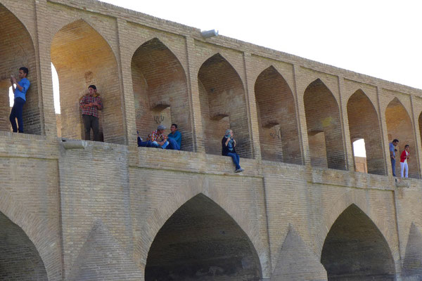 At the bridges in Isfahan guys try to get in contact with girls. No easy, because officially it is forbitten.