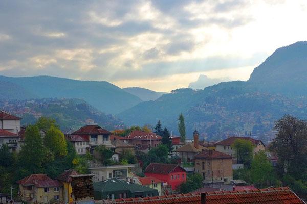 Blick über Sarajevo. Heute leben hier alle wieder friedlich miteinander. Während dem Krieg nutzten die Serben die Berge um die Stadt zu umstellen.