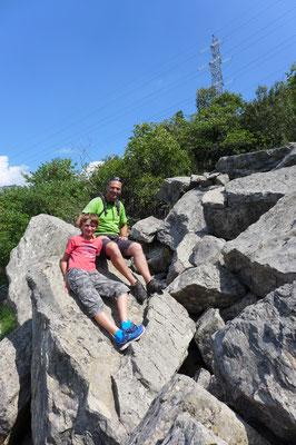 Der Panoramaweg geht durch den Wald, über Geröllfelder und am Ende steil am Hang Treppen runter bis an den See.