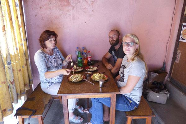 Unser erstes einheimisches Mittagessen in einem Schnellrestaurant ( ca.eine1/2 Std. Wartezeit, aber lecker).