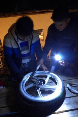 Unsere Bremse war gefixt, aber die Jungs aus unserem Stellplatzdorf hatten einen platten Reifen.