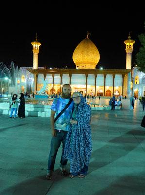 Schön ist aber vor allem der Hintergrund. (Shah-e-Cheragh in Shiraz)