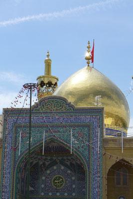 Die Moschee mit ihrer goldenen Kuppel beeindruckt uns.