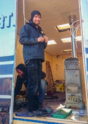 In Hermsdorf helfen wir Martin, den wir letztes Jahr in Albanien kennen gelernt haben, beim Ofeneinbau in sein neues Zuhause.
