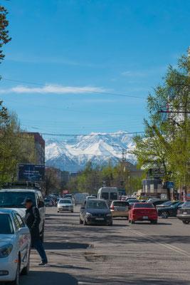 Für diesen Blick braucht es ein wenig Glück. Oft verschwinden die Berge hinter der Stadt in den Wolken oder im Dunst.