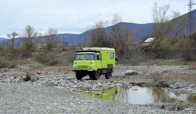 Stellplatz direkt am Fluß bei Ananuri