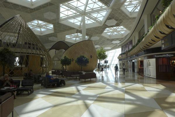 Am Flughafen Baku kaufen Wein und köpfen die Flasche nach unserer Ankunft in Aktau.
