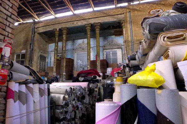 In schönen Hinterhöfen werden Unmengen an Stoffen gelagert. Touristen treiben sich so weit im Innern des Bazars keine mehr rum.