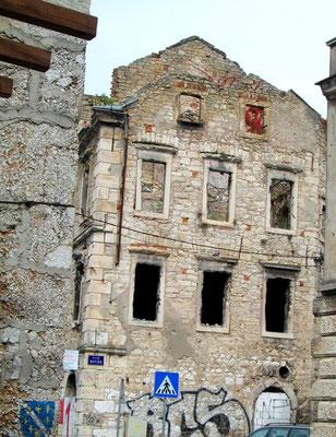 Solche zerstörten Häuser prägen das Stadtbild von Mostar noch heute.