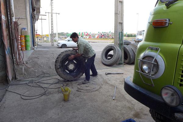 Der Reifen ist bei einer der vielen Werkstätten schnell geflickt.