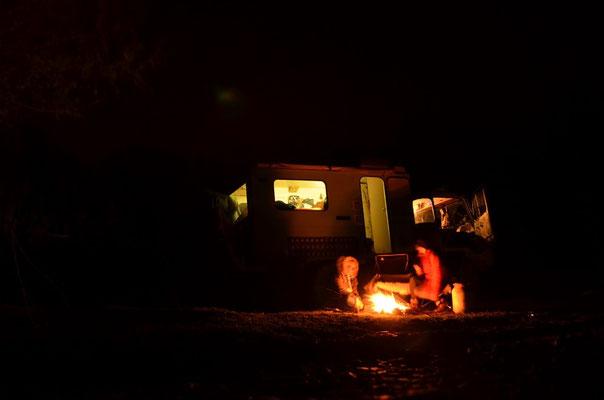 Und es ist so warm, dass wir bei einem Feuerchen draußen sitzen und Würstchen grillen können.