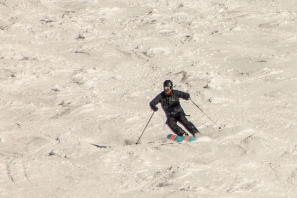 Jörg ist hoch motiviert und versucht sich nach Jahren auf dem Snowboard mal wieder auf Skiern.