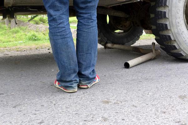 10km: verlorender Auspuff und platter Reifen, aber alles lässt sich schnell beheben.