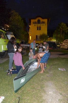 Beim Aufbau haben sogar die Campingplatznachbarn geholfen.