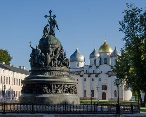 Das Monument 1000 Jahre Russland wurde 1862 hier aufgestellt und erzählt in vielen Skulpturen die Geschichte Russlands.