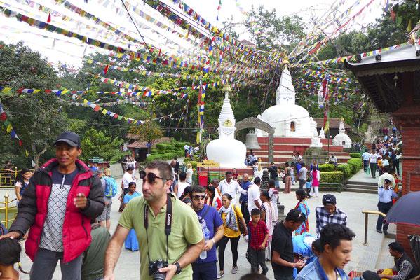 Ein Gewussel von Touristen, einheimischen Buddhisten und Hindus.